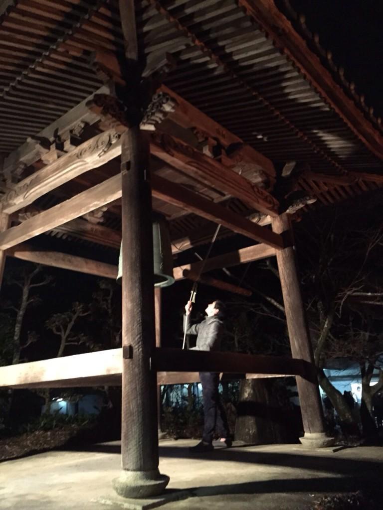 鐘をつく関戸樹