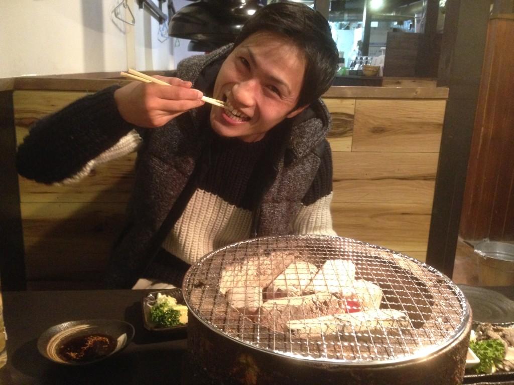 関戸樹が肉を食べる